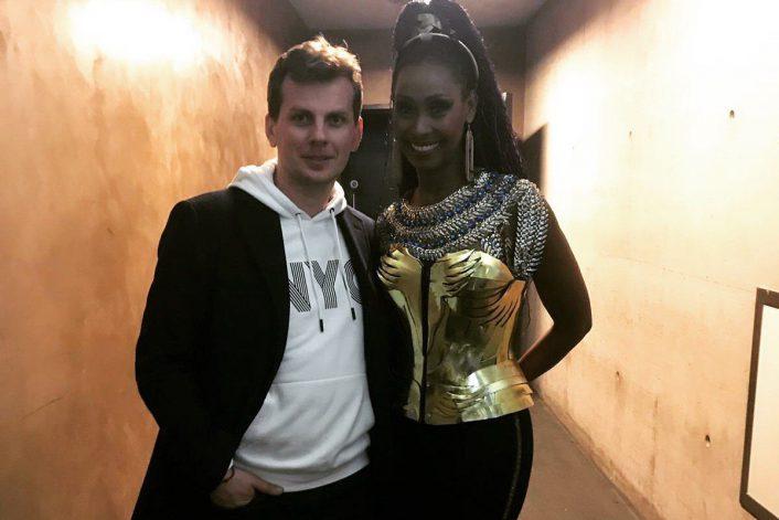 Corona и букинг-агент BnMusic перед выступлением певицы на концерте в Глазго