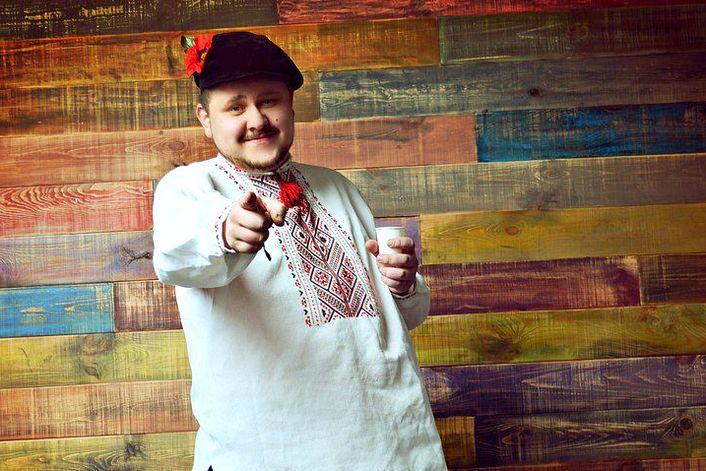Михаил Денисов - пригласить ведущим на праздник